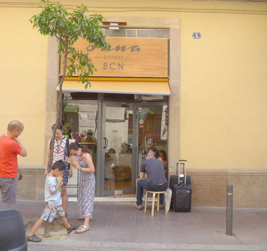 Onna i Gracia serverer også kaffe laget på skandinavisk metode.