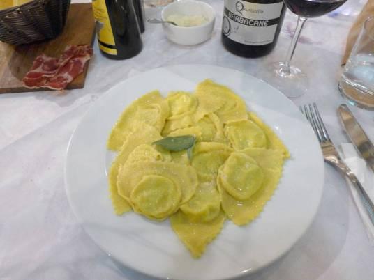 Ravioli med potetfyll og smørsaus.