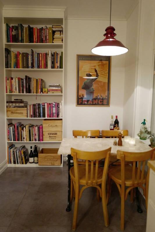 Bord, stoler og lampe fra den herlige butikken Fransk Bazar. BIldet bak pleide å henge på S/S Norway.