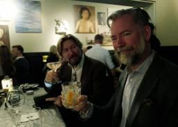 Tom og Erik koser seg med cocktail på Mr. P.