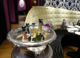 Hotellet innbyr til et glass champagne.
