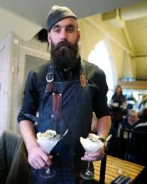 Johan kommer med østers.
