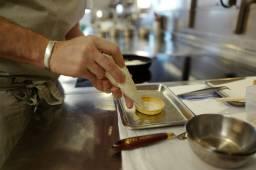 Terteskjellet som Gabriel har laget tynt med en pastamaskin og stekt i form. Mørdeigsskallet er stekt i ovnen og han bruker mel som press, ikke ris eller kuler som er vanlig. Han sprøyter en krem laget av fersk geitost og trøfler i bunnen på formen.