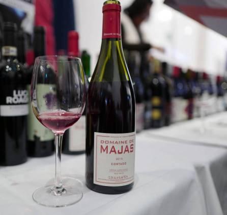 Majas Cortado 2015 inneholder både røde og grønne druer og er derfor lett og lys. Økovin til kr. 175,90.
