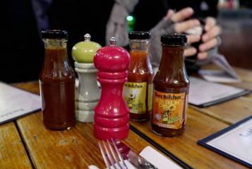 Foruten alle sausene man får til maten, bugner bordet av flasker med spennende sauser.