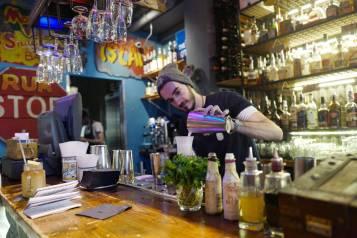 Eksotiske cocktails mikses i baren. Litt tidlig på dagen for en sterk en, så jeg får heller komme tilbake.