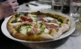 Pizza med pesto og skinke. Fabelaktig