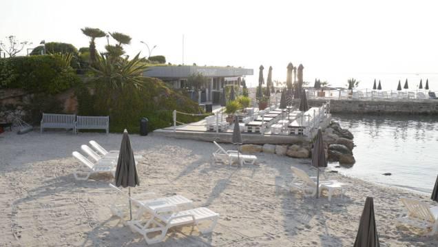 Stranden og restauranten som tilhører Royal Hotel Antibes