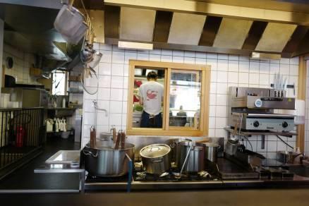 i kjøkkenet bak kokes kraft til ramen.