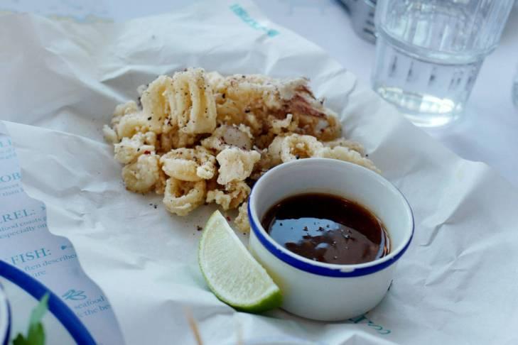 Salt & Pepper Squid. Fantastiske frityrstekte miniakkar med dipp.