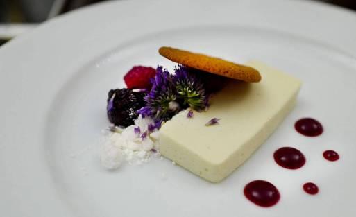 Terrine med clotted cream, bær fra slottshagen og lokal kjeks.