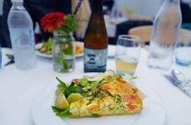 Deilig pai med grønnsaker fra hagen. Ølen er også lkalprodusert.