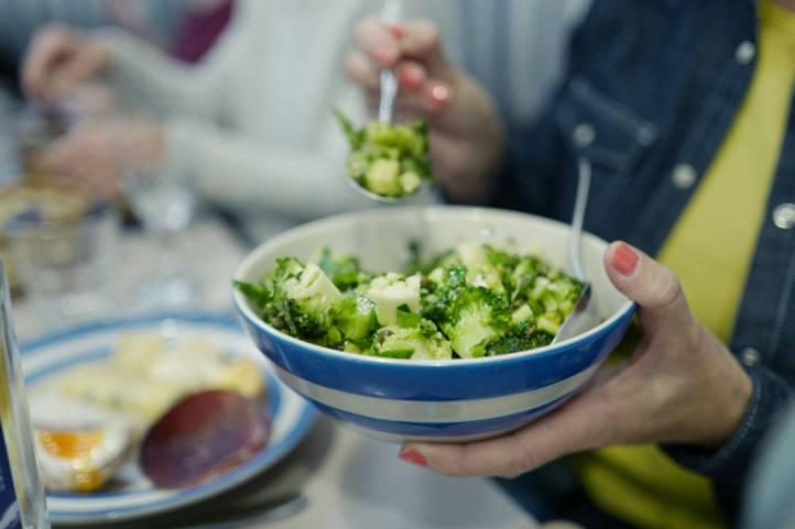 Nydelig salat laget av brokkoli, squash, bønner, sylteagurk, selleri, koriander og persille.