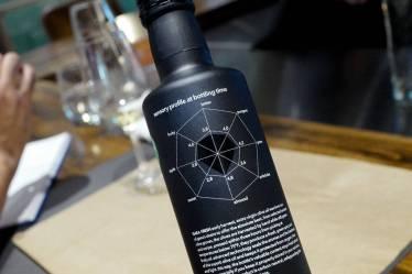 """Gaea Fresh har et """"spider-net"""" på baksiden av flasken som beskriver hvordan oljen smaker."""