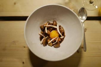Ancestrale i København: Her får jeg servert en deilig bolle med sopp, sprøtt brød og deilig sous videt eggeplomme. En dyp og klar dashi helles over retten. Sopp og egg i kombinasjon har jeg sett mye av de siste årene og det er noe av det beste jeg kan få. Litt brunet smør over og noen ristede hasselnøtter smaker også godt som kombinasjon til egg og sopp.