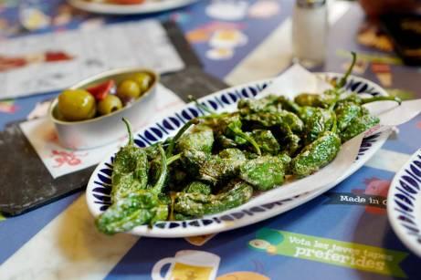 Pimientos de padron er frityrstekte chilifrukter. Dette er en helt vanlig tapasrett å få i Spania. Så godt!