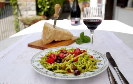Pasta med hjemmelaget pesto, tomater og oliven. Du savner garantert ikke kjøttet.