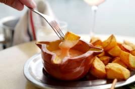 Patatas Bravas er en klassiker i Spania, og især i Katalonia. Sprø potetbiter serveres med to sauser: majones og en spicy saus. I dette tilfellet er de mikset sammen. Det er en deilig rett i seg selv.