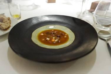 Røde bønner. Dette er en moderne tolkning av en av La Riojas aller mest kjente retter, Caparrones. Bønnene serveres med chorizo, blodpølse og grønnsaker.