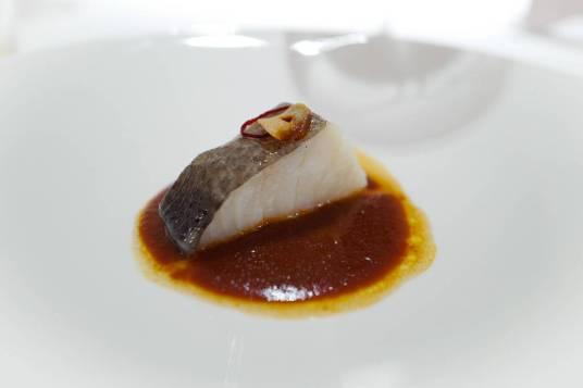 Torsk og snegler. Denne perfekte tilberedte torskebiten serveres med en snegelsaus – en tradisjonell rett i La Rioja og Baskerland.