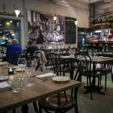 To minutter etter er hele restauranten fullsatt. Populært sted, dette.