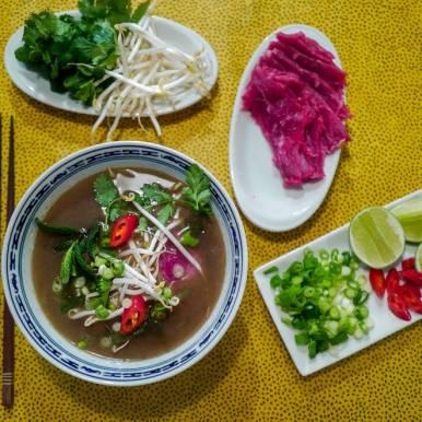 Nå kan du smaksette suppen med spirer, urter, chili, vårløk og lime