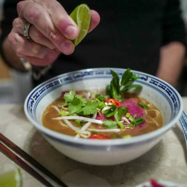 En god skvis limesaft over suppen anbefales.