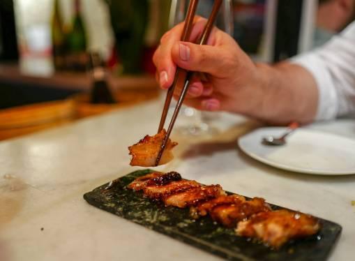 grillede svinekjaker med kantonesisk saus