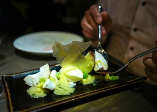 Kokos, mang o og pasjonsfrukt. Latterlige gode desserter på Coya.