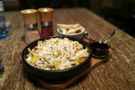 ost, brødkrummer, aprikos og fersken.