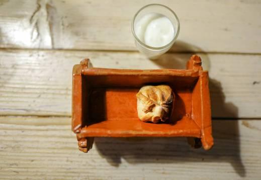 Salt yoghurtdrikk og dumpling med ost og vaktelegg