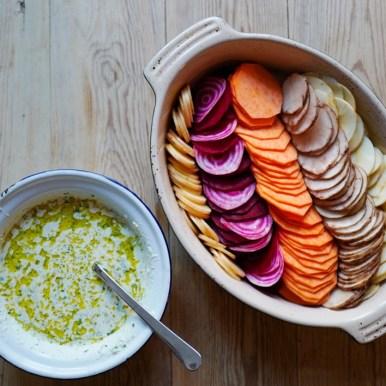 Stable grønnsakene i smurt form og hell så sopp/fløte-blandingen over.
