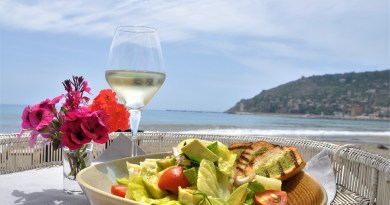 En Vie Beach is one of the popular places in Alanya for dining by the sea, lounging and enjoying