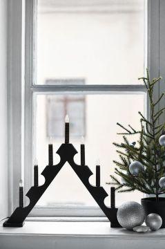 Un bougeoir à sept branches à la fenêtre