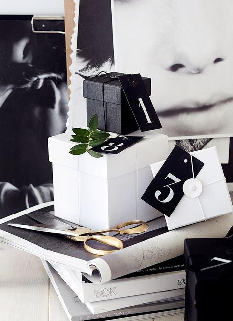 Paquets cadeaux noir et blancs