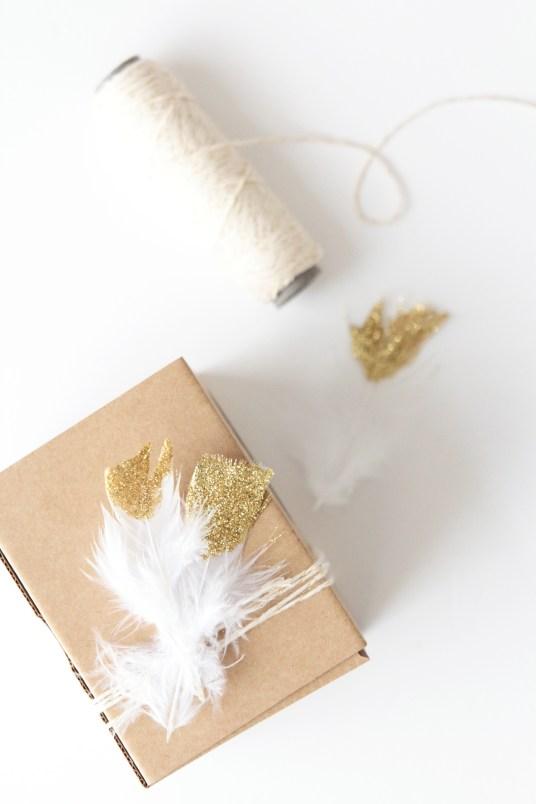 idee-paquet-cadeau-plume-glitter-kraft-dore-5