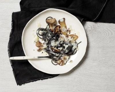 spaghettis-noirs-champignons-parmesan