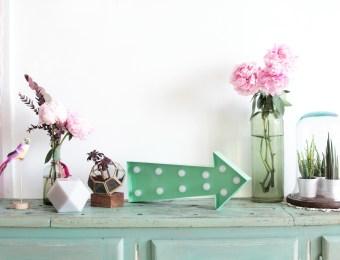 fleche-lumineuse-urban-outfitters-appartement-boheme-poupee-rousse