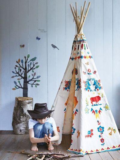 Tipi pour les enfants // Hëllø Blogzine www.hello-hello.fr #teepee #tipi #kidsroom