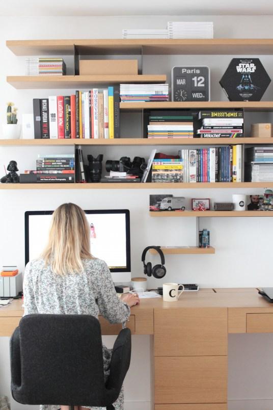 Bureau et bibliothèque intégrée. L'appartement chic, moderne et parisien de la blogueuse française Inside Closet // Hëllø Blogzine blog deco & lifestyle www.hello-hello.fr