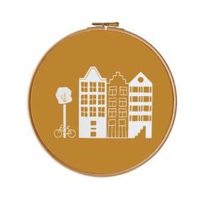 Petites maisons hollandaises dans un cercle à broder // Hëllø Blogzine blog deco & lifestyle www.hello-hello.fr