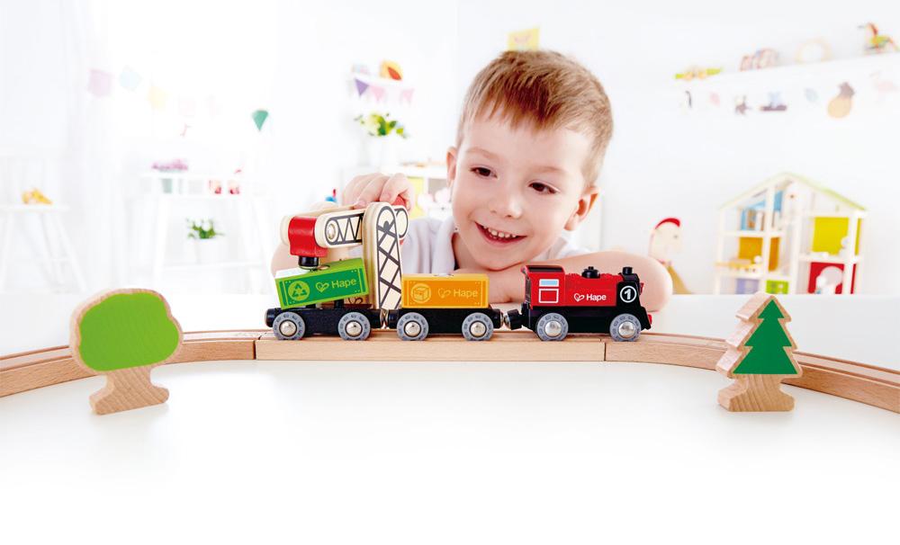 Train en bois - Idées cadeaux de noël enfants mixte // Hëllø Blogzine blog deco & lifestyle www.hello-hello.fr