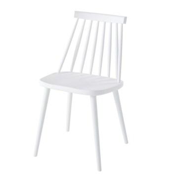 Une table et des chaises de jardin au look scandinave, en plastique ...