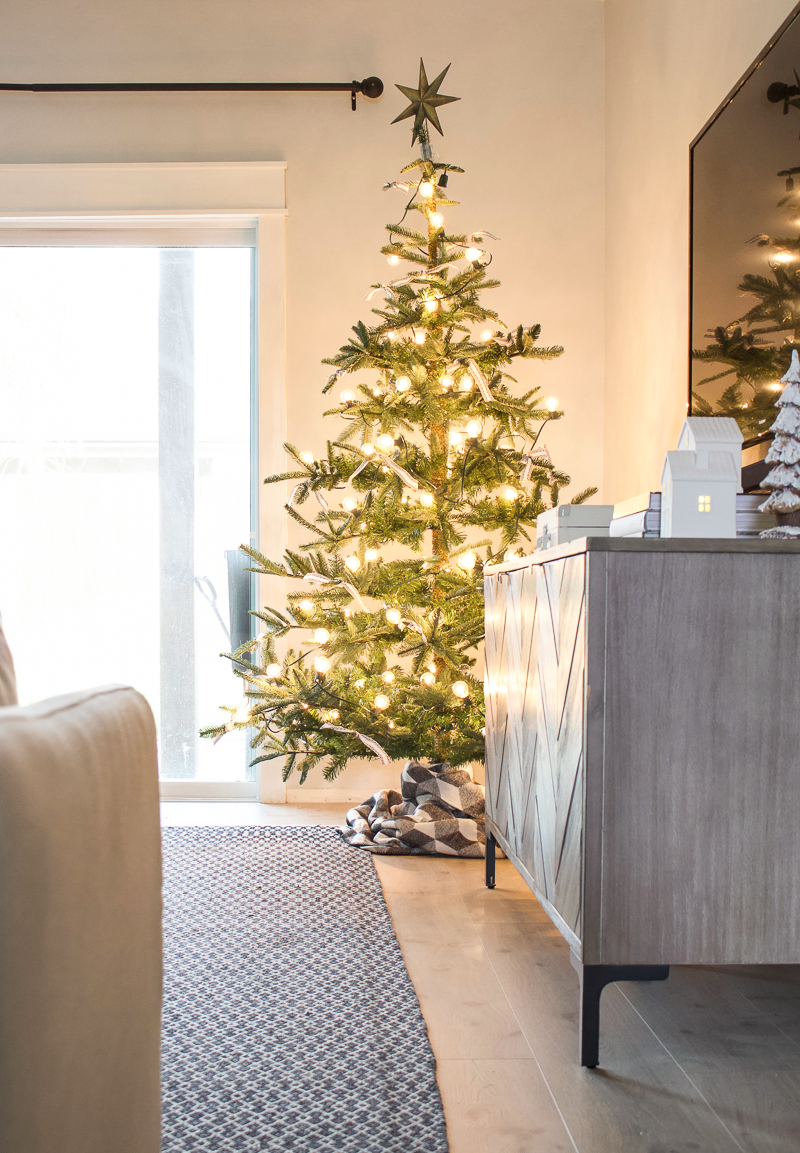 Christmas 2018 Entry & Living Room Decor - Christmas House Tour | helloallisonblog.com