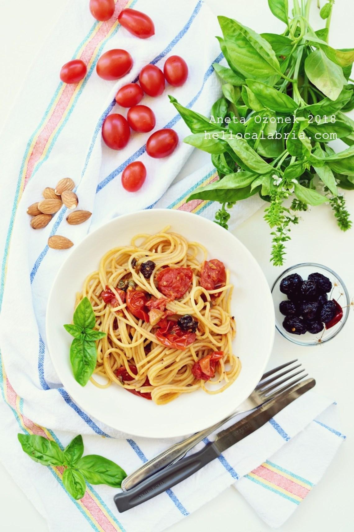 Spaghetti z pomidorkami, oliwkami, migdałami i kapery