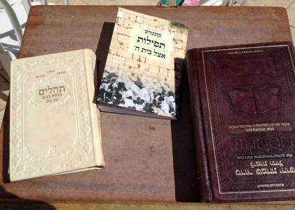 Gebetbücher auf Hebräisch an der Klagemauer in Jerusalem in Israel