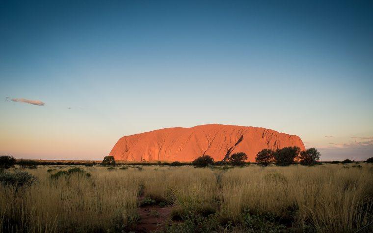 coucher de soleil devant le rocher d'Uluru