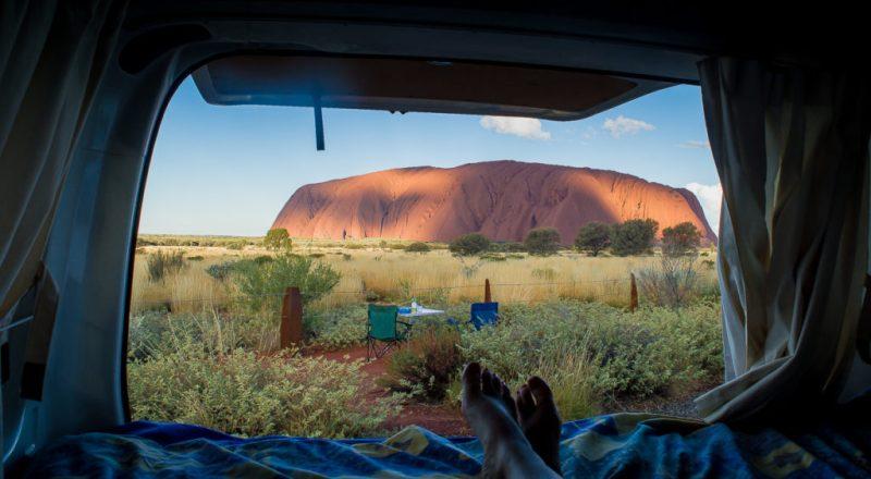 vue du van au coucher du soleil à Uluru