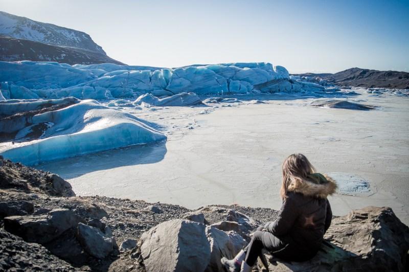 assise devant le glacier svinafelljokull