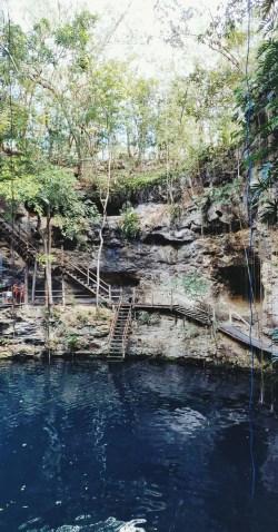escalier de bois pour descendre au cenote x'canche